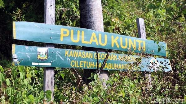 Secara administrasi Pulau Kunti berada di Kampung Cimarinjung, Desa Ciwaru, Kecamatan Ciemas, Kabupaten Sukabumi, Jawa Barat. Butuh waktu sekitar 8 jam apabila melakukan perjalanan dari Bandung.