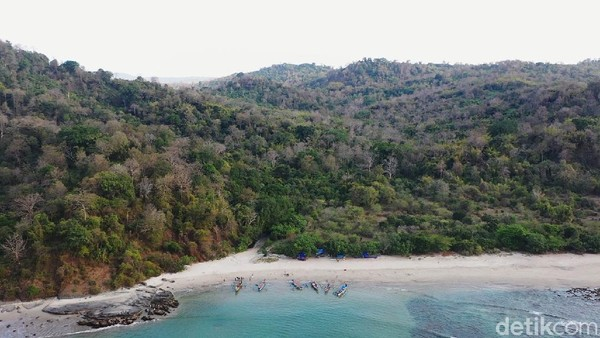 Pulau Kunti berada di kawasan Geopark Ciletuh Palabuhanratu.