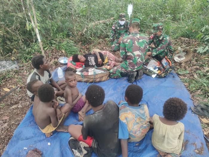 Satgas Pamtas RI-PNG Yonif 125 Bantu Seorang ibu Papua Melahirkan di Tengah Hutan (Istimewa)