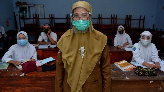 Siswa sekolah di kawasan Banyuasin, Sumsel, hingga Jombang, kembali belajar tatap muka di sekolah. Sejumlah protokol kesehatan diterapkan guna cegah Corona.
