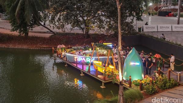 Suasana asri dan tenang, serta banyak tanaman dan pohon menjadi daya tarik waega Jakarta untuk berkunjung ke Senayan Park. Kamu juga bisa bersantai di bangku-bangku yang ada di pinggir danau. (Rifkianto Nugroho/detikcom)