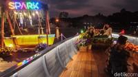 Seorang pengunjung tengah berfoto di salah satu spot Senayan Park Mall, Jakarta, Senin (7/9/2020). Dulunya, tempat ini bernama Taman Ria Senayan yang sangat terkenal dan menjadi tempat favorit kawula muda untuk sekadar nongkrong dan kongkow bersama teman-teman.