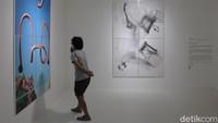 Dalam siaran pers yang diterima detikcom, bentuk karya beragam mulai dari lukisan, foto, kolase, drawing, dan lain-lain. Satu paket terdiri 16 karya dari 16 seniman Tanah Air yang dibingkai dengan passe-partout serta dijual seharga Rp 15 juta per paket.