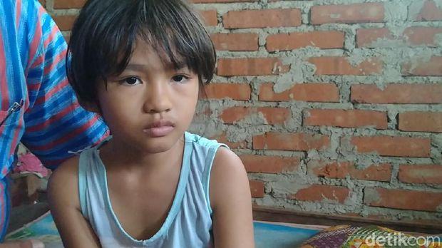 Bocah berusia 8 tahun, Nafisa Adelia, dengan mudahnya memanjat dinding dengan tangan kosong bak Spiderman, Selasa (8/9/2020).