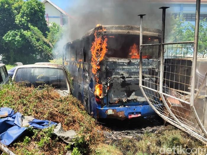 Bus bekas bernopol L 7002 EP di dekat garasi Kampus C Unair Surabaya terbakar. Kebakaran diduga terjadi akibat percikan api las.