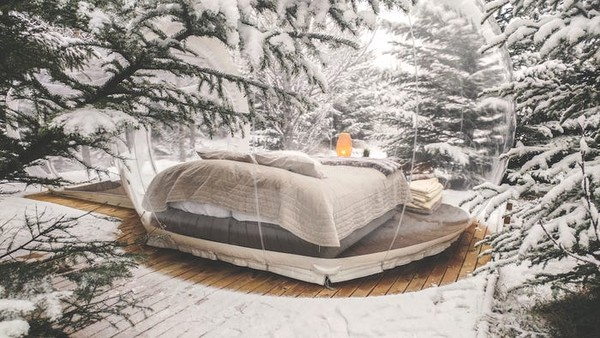 Meskipun terletak di alam bebas, hotel ini dilengkapi fasilitas yang mewah dan bergelar bintang lima. Setiap kamar dilengkapi double bed, lampu, penghangat ruangan, dan stop kontak. (Foto: buuble.com)
