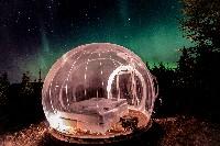 Dengan kamar model gelembung ini, tamu dapat langsung menikmati pemandangan salju turun, bintang-bintang di angkasa, sampai aurora. Tamu juga dapat istirahat di kasur yang nyaman dan selimut yang hangat. (Foto: buuble.com)