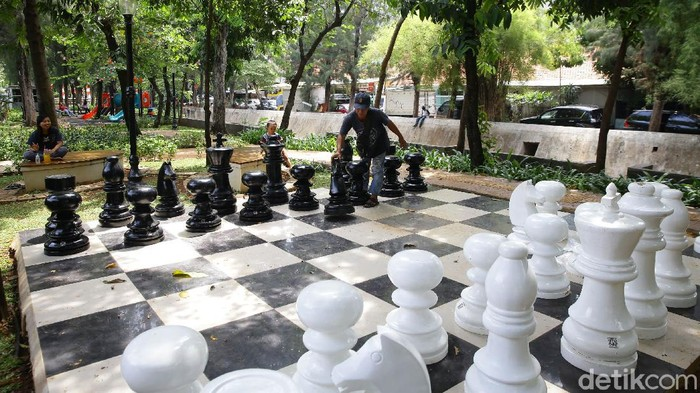 Taman Singkarak di Benhil, Jakarta Pusat, tampil beda, Selasa (8/9/2020). Ada papan catur raksasa di area taman.