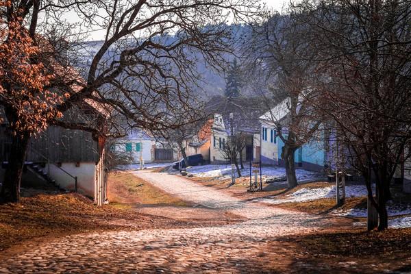 Lihat deh betapa tenangnya desa ini sebelum banyak turis yang datang. Namun makin banyak turis yang datang ingin melihat rumah Pangeran Charles. Warga pun terganggu dengan kebisingan.