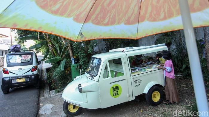 Kendaraan roda tiga ini biasa digunakan sebagai angkutan umum. Namun, bemo milik Sutino ini tak beroperasi untuk angkut penumpang melainkan beragam buku bacaan.
