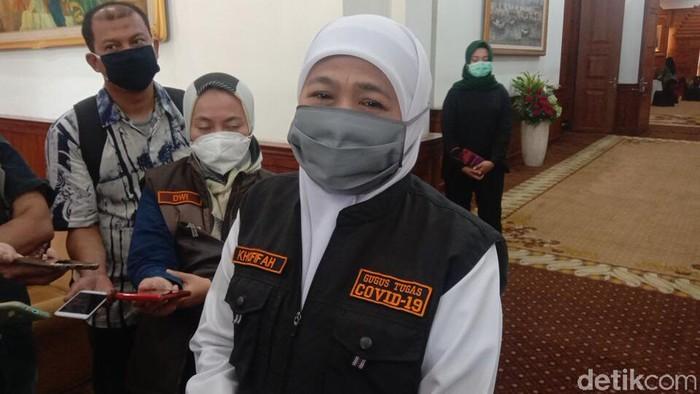 Gubernur Jatim Khofifah Indar Parawansa menjatuhkan sanksi kepada Bupati Jember, Faida. Sang bupati tidak akan digaji selama 6 bulan.