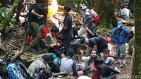 Salah satu petugas Taman Nasional Gede pangrango (TNGGP) Ariel yang ditemui di pos pendakian menyebut ada 4.000 ornag yang mendaki Gunung Gede vuia Gunung Putri.