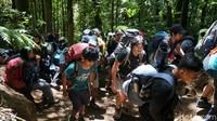 Antrean pendaki di salah satu trek pada jalur pendakian Gunung Gede via Gunung Putri akhir pekan lalu. (Femi Diah/detikTravel)