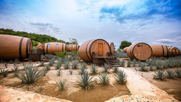 Matices, Hotel de Barricas merupakan hotel butik yang terletak di kawasan penyulingan tequila di pinggiran Kota Tequila, Meksiko. Kota itu sendiri memang terkenal sebagai tempat ditemukannya tequila dan masih aktif memproduksi minuman keras yang terbuat dari tanaman agave.