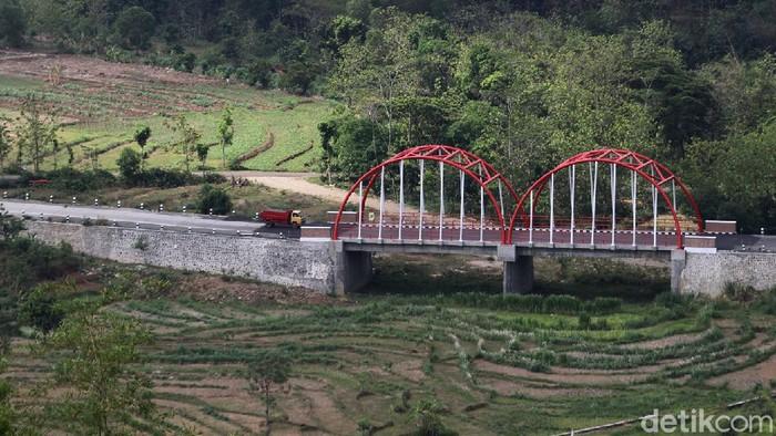 Jembatan Nusantara dengan konsep warna merah putih kini menjadi salah sati ikon kota dan tempat wisata baru Kabupaten Wonogiri.