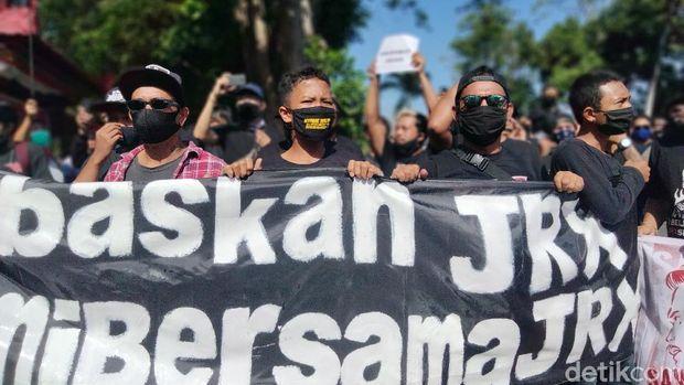 Massa pendukung Jerinx melakukan demonstrasi di depan kantor Gubernur Bali (Angga Riza/detikcom)