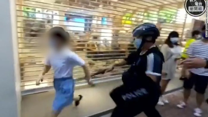 Momen saat bocah 12 tahun dikejar dan diamankan polisi Hong Kong hingga jatuh ke atas trotoar (HKUST Radio News Reporting Team via CNN)