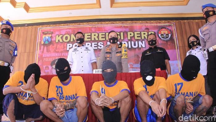 Polisi Madiun mengamankan 25 ribu butir pil double L. Barang terlarang ini dibawa empat pelaku yang diduga berasal dari jaringan lapas.