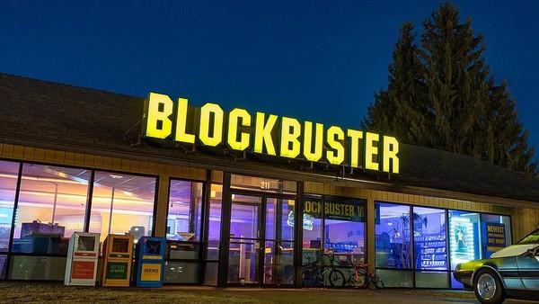 Di zaman rental film VHS masih jaya, Blockbuster sangatlah terkenal. Namun sekarang, Blockbuster kalah pamor dan ditinggalkan pelanggannya. Dari 9 ribu gerai di seluruh dunia, Blokcbuster hanya tinggal 1 gerai saja di kota Bend, Oregon. (dok. Airbnb)