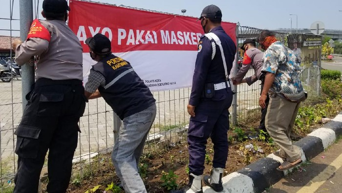 Polisi Pasang Ratusan Spanduk Ayo Pakai Masker