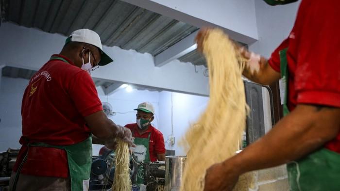 Pekerja menyelesaikan proses pembuatan mi di rumah produksi Mie Karya Abadi, Ciledug, Kota Tangerang, Banten, Senin (7/9/2020). Menurut pemilik, produksi mi di tempat tersebut menurun dari 1,5 ton per hari menjadi satu ton per hari akibat pandemi COVID-19. ANTARA FOTO/Fauzan/pras.