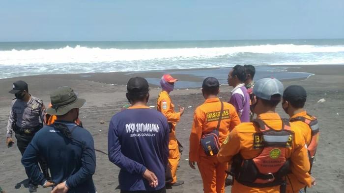 Tim SAR gabungan melakukan pencarian seorang nelayan hilang di Purworejo