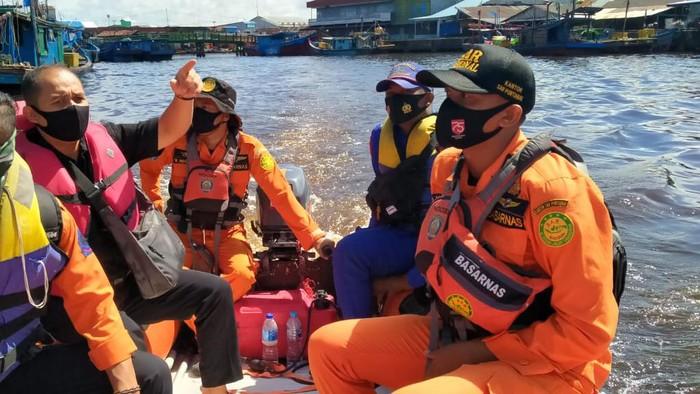 Tim SAR gabungan mencari ayah dan anak perempuan yang hilang saat speedboat terbakar di Kalbar
