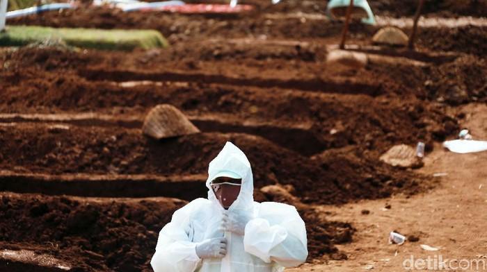 Jenazah sedang dimakamkan di di TPU Pondok Ranggon, Jakarta Timur, Selasa (8/9/2020). Pada Jumat (4/9/2020) kemarin, liang lahat hanya tinggal 1.100. Diperkirakan jumlah tersebut hanya bisa memenuhi kebutuhan maksimal 2 bulan.