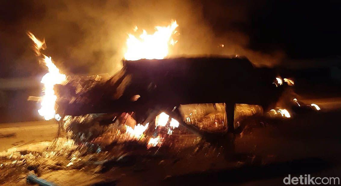 Kecelakaan beruntun terjadi di jalan tol Kartasura-Boyolali KM 485, Boyolali, Jawa Tengah, Selasa (8/9/2020) malam. Akibatnya satu mobil terbakar dalam kecelakaan tersebut.