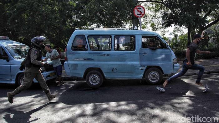 Petugas gabungan melakukan razia PMKS di kawasan utara Jakarta. Pengamen hingga gelandangan diangkut petugas guna ciptakan lingkungan yang aman dan nyaman.