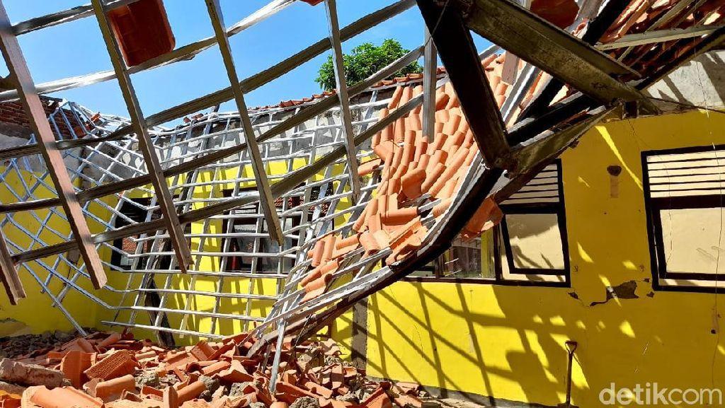 Atap Bangunan SD Luar Biasa Negeri Brebes Ambruk
