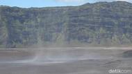 Kemarau, Gunung Bromo Dilanda Badai Pasir dan Debu
