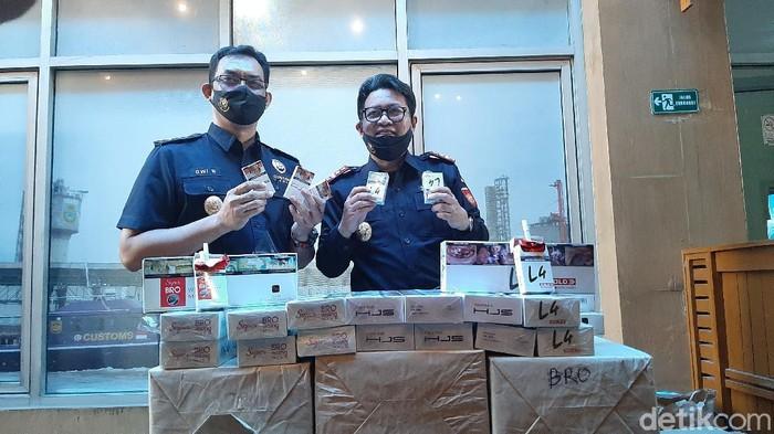 Bea-Cukai Palembang menggagalkan peredaran 28 ribu batang rokok ilegal. Dua orang diamankan (Raja Adil/detikcom)