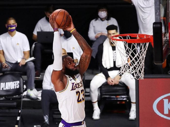 LAKE BUENA VISTA, FLORIDA - SEPTEMBER 08: LeBron James #23 of the Los Angeles Lakers dunks the ball during the second quarter against the Houston Rockets in Game Three of the Western Conference Second Round during the 2020 NBA Playoffs at AdventHealth Arena at the ESPN Wide World Of Sports Complex on September 08, 2020 in Lake Buena Vista, Florida. NOTE TO USER: User expressly acknowledges and agrees that, by downloading and or using this photograph, User is consenting to the terms and conditions of the Getty Images License Agreement.   Mike Ehrmann/Getty Images/AFP