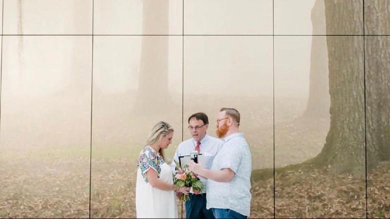 Pasangan yang menikah di bandara New Orleans