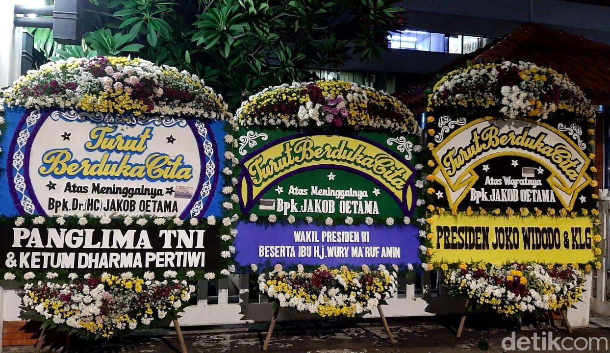 Sejumlah karangan bunga duka cita atas meninggalnya Jakob Oetama hiasi Kompleks Kompas Gramedia. Karangan bunga itu berasal dari sejumlah tokoh nasional.