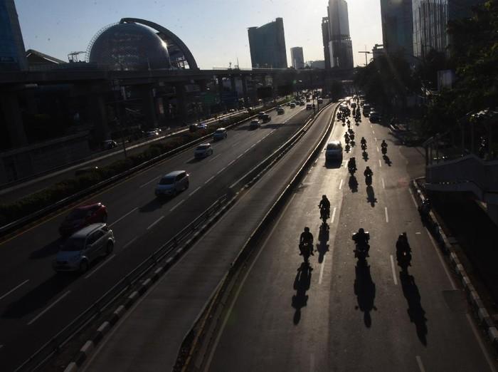 Pengendara sepeda motor melintas di Jalan Gatot Subroto, Jakarta, Jumat (21/8/2020). Gubernur DKI Jakarta Anies Baswedan menerbitkan Pergub Nomor 80 Tahun 2020 tentang pelaksanaan PSBB pada masa transisi yang didalamnya mengatur pembatasan kendaraan sepeda motor pribadi melalui aturan ganjil-genap pada kawasan pengendalian lalu lintas.