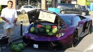 Tajir! Pria Ini Jual Semangka di Pinggir Jalan Pakai Lamborghini