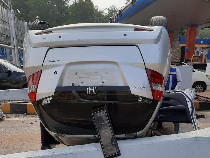 Mobil terbalik di GT Cibubur 1