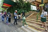 Sebelum menonton pertujukan edukasi, pengunjung diberikan hand sanitizer.