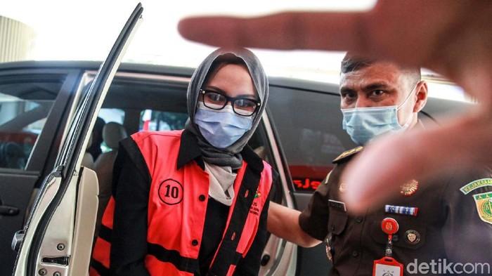 Jaksa Pinangki Sirna Malasari kembali diperiksa di gedung Kejaksaan Agung (Kejagung). Pinangki datang mengenakan kerudung abu-abu dan rompi tahanan Kejagung.