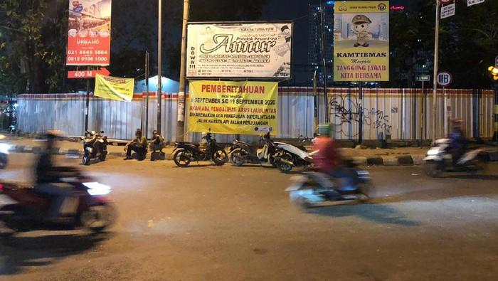 Penutupan sebagian perlintasan rel kereta api di Jalan Perjuangan, Kota Bekasi
