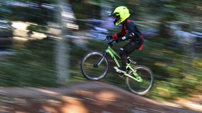 Pembalap sepeda berlatih di pumping track Hutan UI Bike Park, Depok, Jawa Barat, Selasa (8/9/2020). Pembibitan atlet usia muda yang diinisasi komunitas bersepeda ROAM UI tersebut sempat terhenti tiga bulan imbas pandemi COVID-19 namun kini mulai berlatih dengan menerapkan protokol kesehatan. ANTARA FOTO/M Risyal Hidayat/hp.
