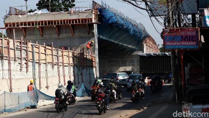 Pembangunan Flyover di Jalan Jakarta-Supratman, Kota Bandung, Jawa Barat terus dikebut, Rabu (9/9/2020). Begini progres terkini proyek tersebut.