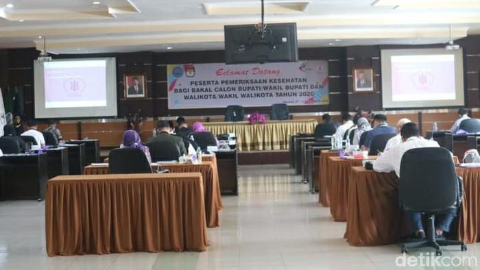 Pasangan calon (paslon) yang maju dalam Pilkada 2020 di sejumlah daerah, mengikuti tes jasmani dan rohani di RS dr Syaiful Anwar (RSSA) Kota Malang. Sebelumnya, sebagian paslon sudah mengikuti tes kesehatan.