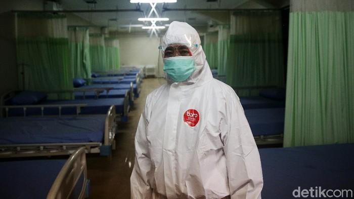 Petugas medis menyiapkan oksigen di ruang perawatan isolasi di Stadion Patriot Chandrabhaga, Kota Bekasi, Jawa Barat, Rabu (9/9/2020). Pemerintah Kota Bekasi menyiapkan ruang perawatan isolasi tambahan dengan fasilitas oksigen dan 55 tempat tidur untuk pasien Covid-19.