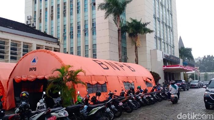 Tenda pelayanan publik di luar kantor Gubernur Maluku (Muslimin Abbas/detikcom)