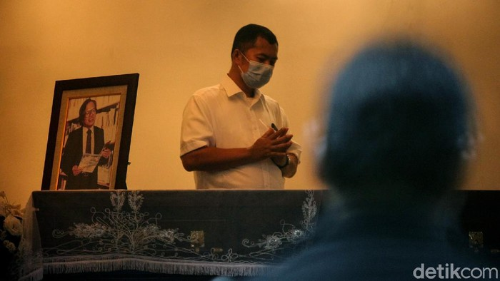 Pendiri Kompas Gramedia Jakob Oetama meninggal dunia. Berikut foto-foto suasana rumah duka di kawasan Jakarta Selatan.