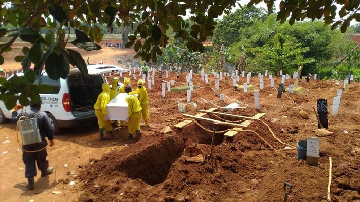 Jenazah Corona dimakamkan di lahan khusus di TPU Pondok Ranggon, Jakarta Timur, Rabu (9/9/2020).