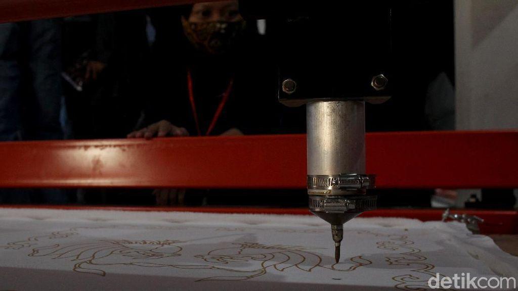 Begini Cara Kerja Mesin Batik Tulis Buatan Anak Negeri